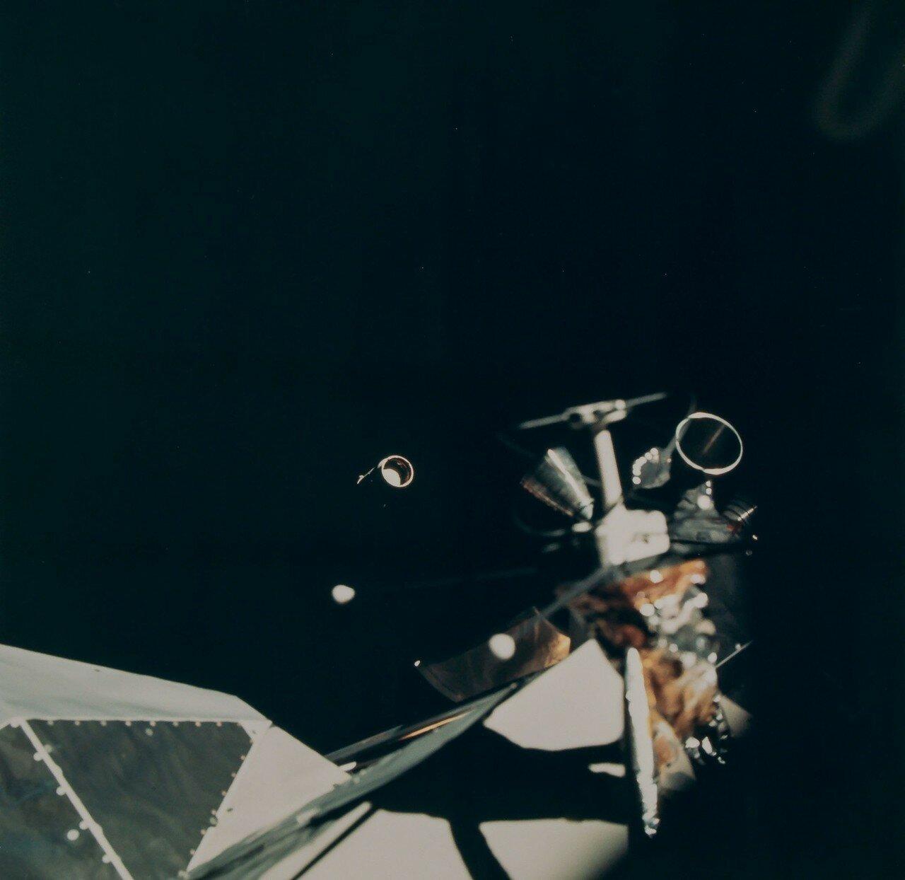 На третьем часу полёта двигатель последней ступени ракеты-носителя был включён вторично и вывел ступень с кораблём на траекторию полёта к Луне. На снимке: Отделение третьей ступени ракеты Сатурн