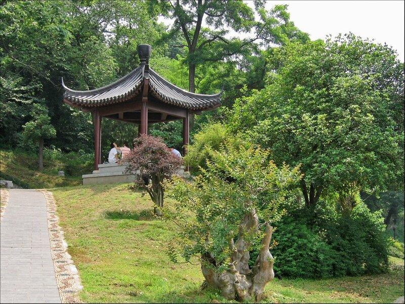 Беседка в парке на горе Шэшань