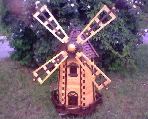 Деревянная декоративная мельница.