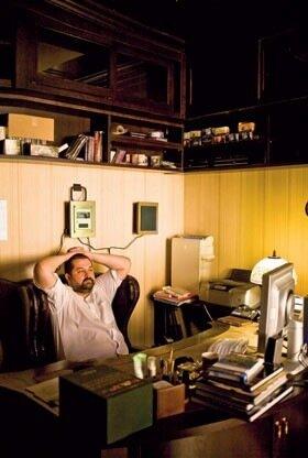 Ну и сам Сергей Лукьяненко за работой. Размышляет.