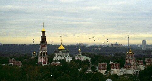 Парад шаров на фоне Новодевичьего монастыря в Москве, 1997 г.