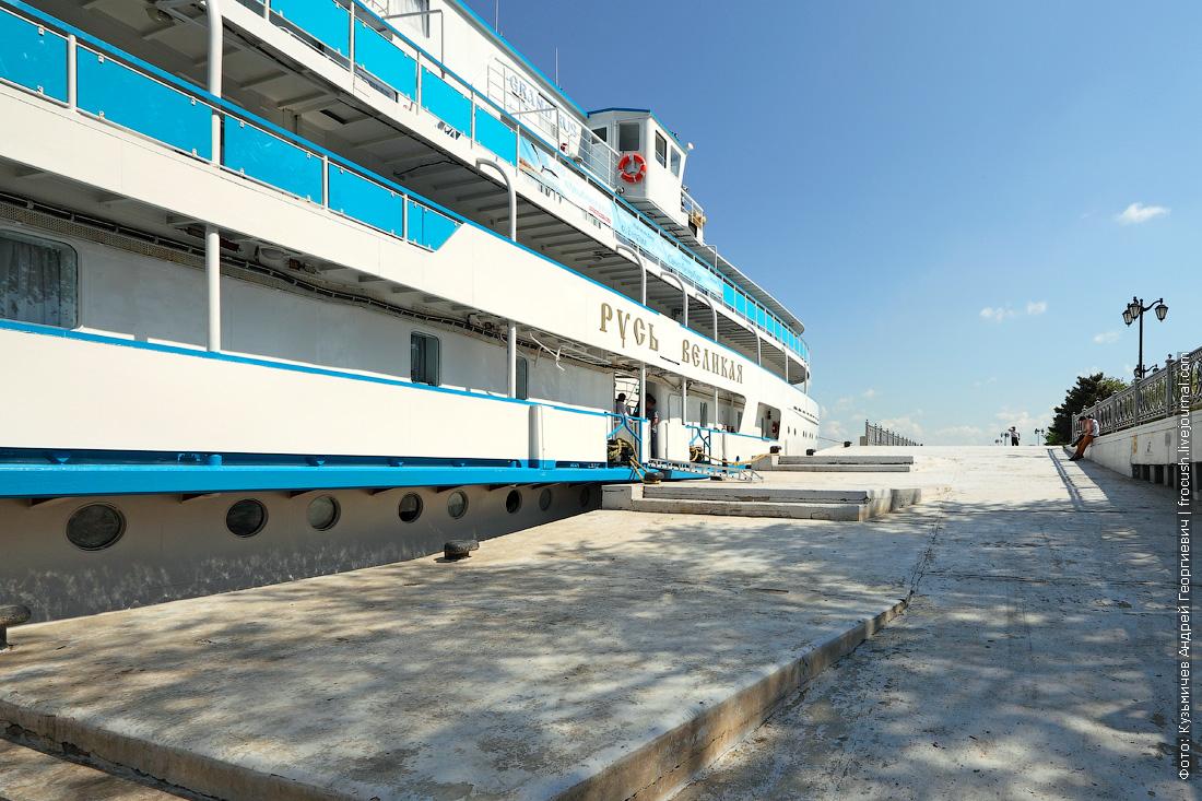 фотография теплоход «Русь Великая» в речном порту Астрахани перед отправлением в Казахстан