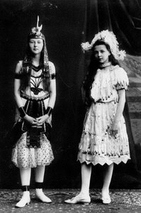 Дочери П.А.Столыпина  Ольга (слева) и Александра в маскарадных костюмах.
