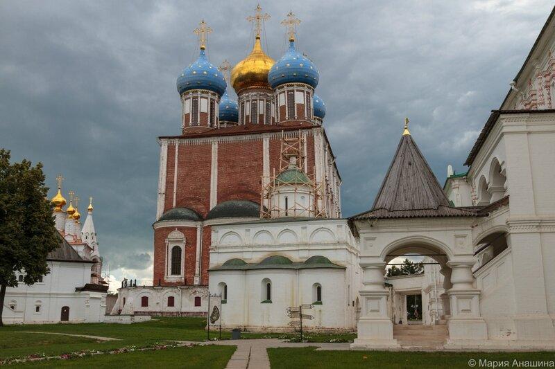 Рязань, Успенский и Архангельский соборы, Богоявленская церковь и дворец Олега