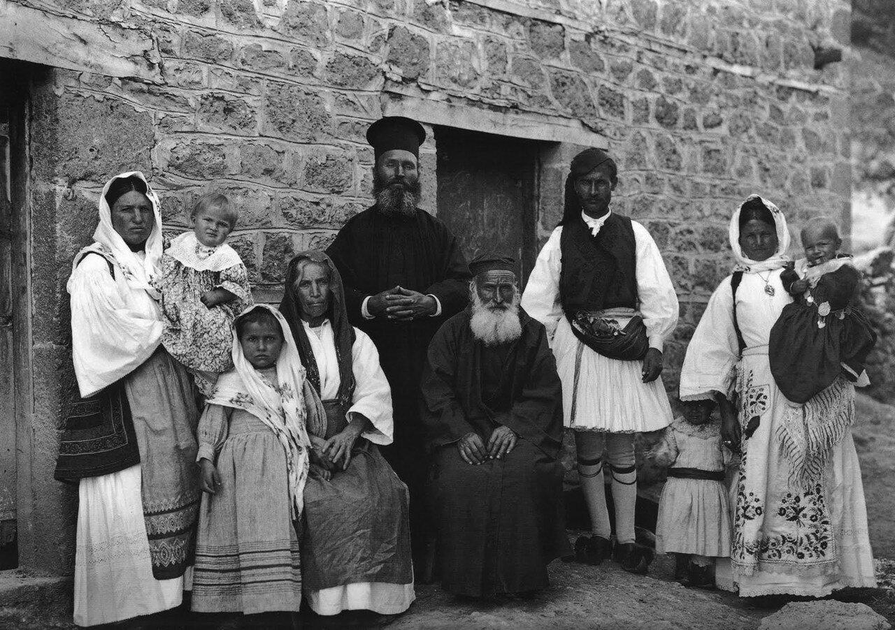 1903. Земено, Коринфия. Семья священника