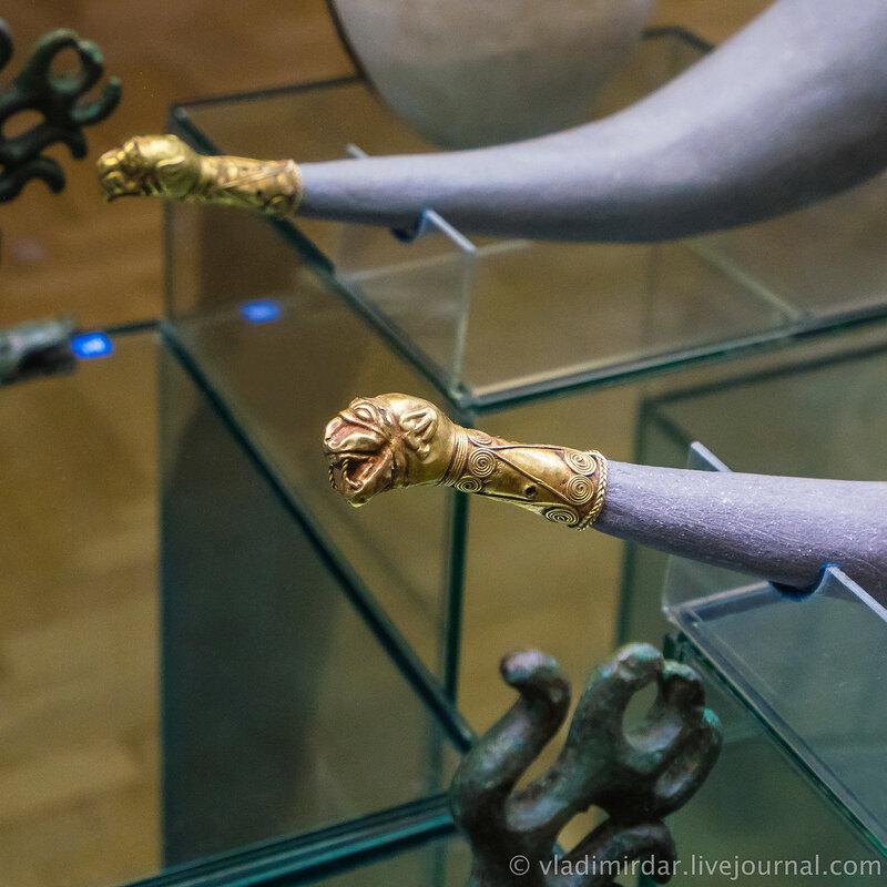 Наконечник ритона в виде головы кошачьего хищника. Золото. IV в. до н.э. Краснодарский край, до 1917 года.