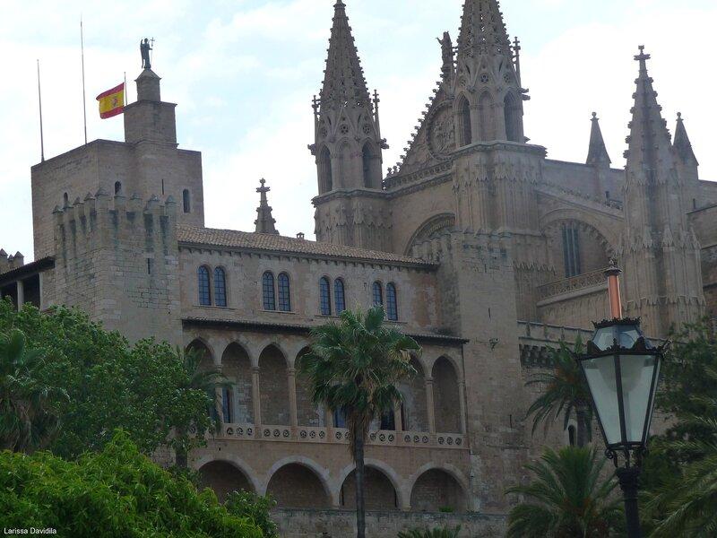 """Дворец """"Альмудайна"""" и башни Кафедрального собора."""
