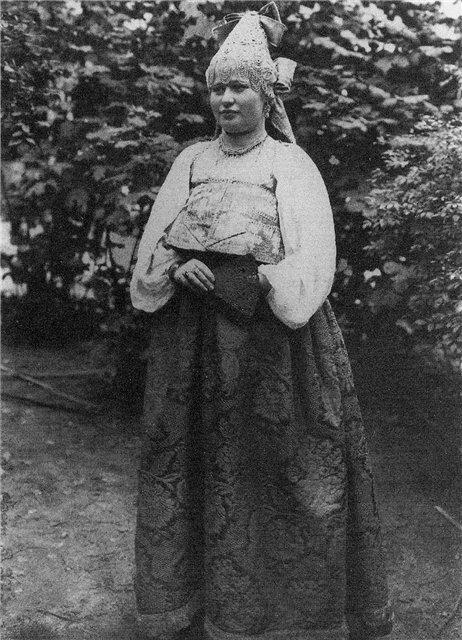 Молодая женщина в праздничном костюме.Костромская губ. Фотографии 1907 г.