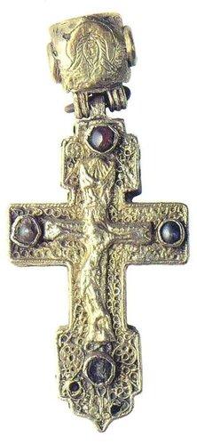 Крест-мощевик наперстный. Россия, вторая половина XVI века. Серебро, альмандин,жемчуг;скань, резьба, золочение.