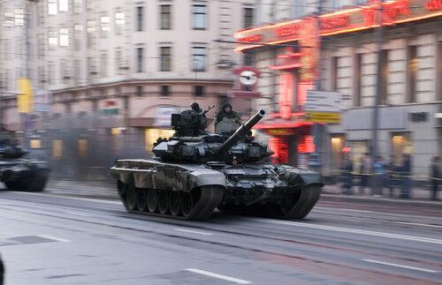 Т-90 — современный российский основной боевой танк. Создан в конце 1980-х — начале 1990-х годов как модернизация танка Т-72Б, под индексом Т-72БУ, однако был в 1992 году принят на вооружение уже под индексом Т-90.