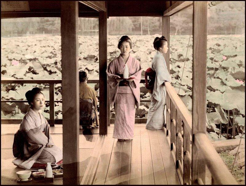 Ретро Япония. Чаепитие  гейш в саду с лотосами
