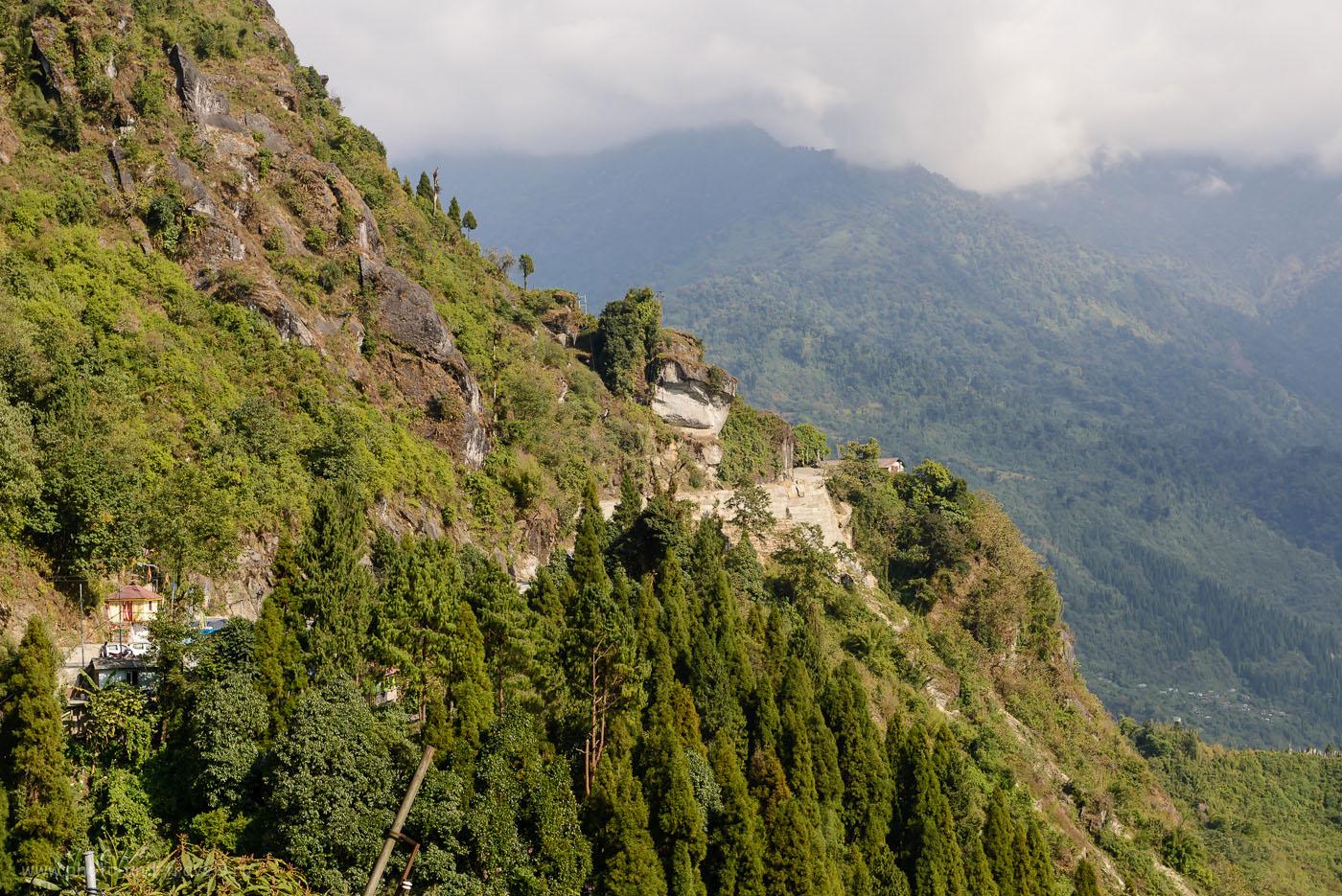 29. По таким серпантинам в Гималаях нам предстоит трястись почти 20 часов, чтобы увидеть долину Юмтханг Уолей и Зеро Поинт. 9.0, 1/125, 200, 70.