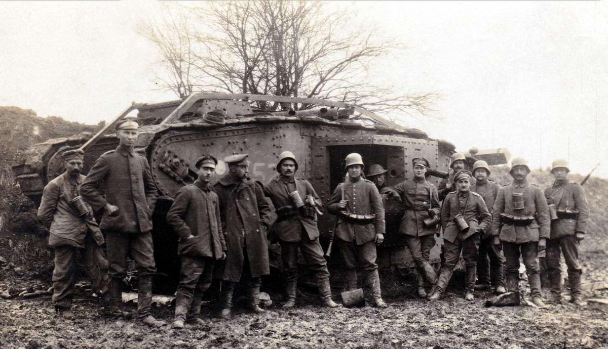 Немецкие солдаты позируют возле подбитого британского танка MKIV