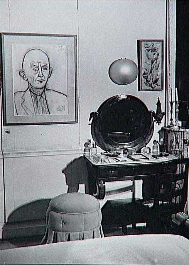 1960. В доме Канвейлера, над туалетным столиком портрет хозяина работы Пикассо