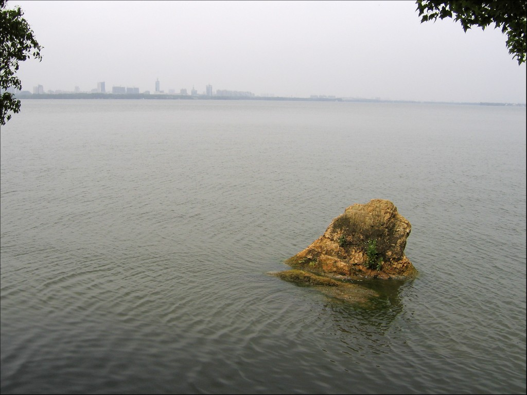 Камень, озеро Дунху