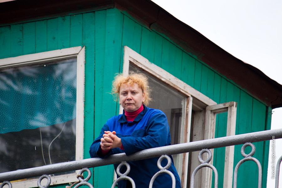 Работник шлюза №9 разглядывает теплоход «Москва-170»