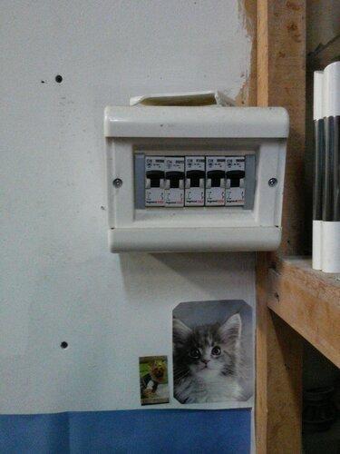 Вызов электрика аварийной службы в обувной магазин из-за поломки выключателя освещения торгового зала
