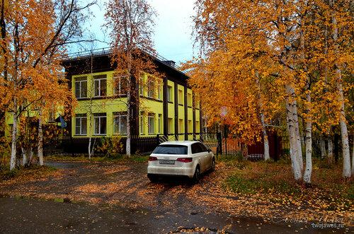 Фото города Инта №8147  Юго-западный угол Лунина 8 (въезд на территорию детского сада