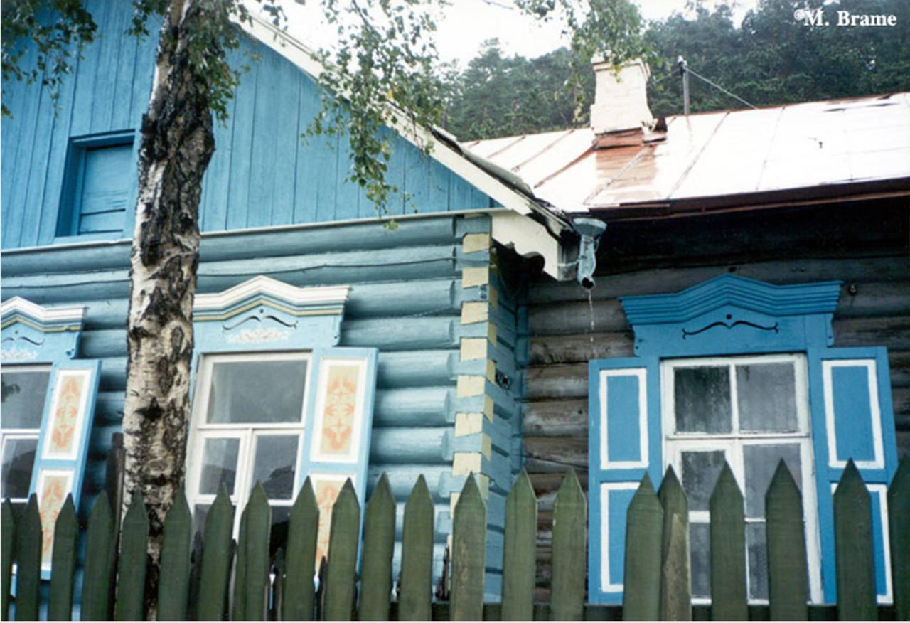 Деревянные дома с украшенными окнами