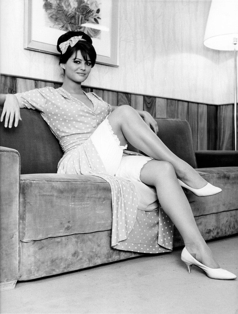 Claudia CARDINALE am Rande von Dreharbeiten, 1964