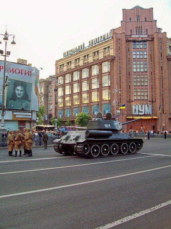 Танк Т-34 перед ЦУМ