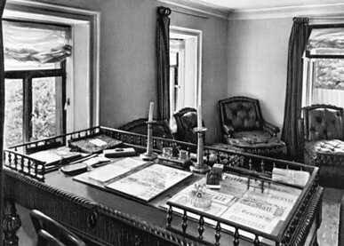 Ну и рабочий стол Л. Н. Толстого, как тут без него