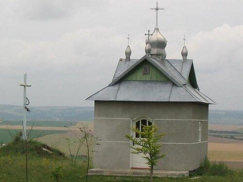Каплиця на високиму березі Дністра навпроти Горигляд на місці загибелі в криївці вояків УПА
