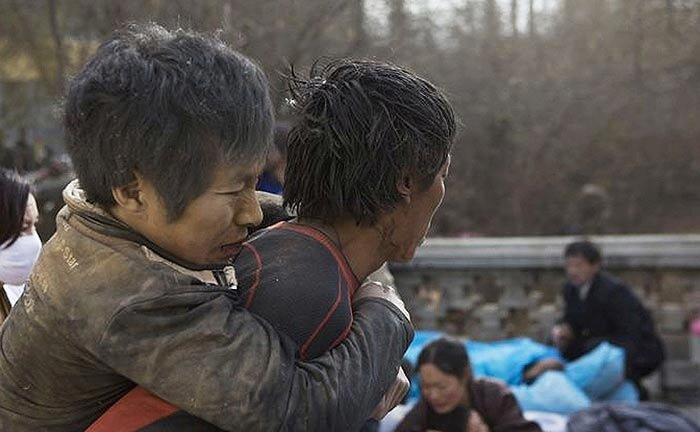 Число жертв землетрясения в Китае увеличилось до 1,7 тысячи человек (58 ФОТО)