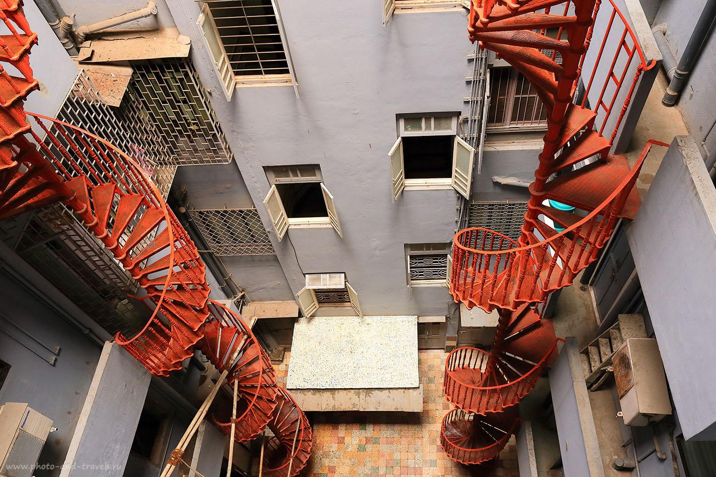 Фотография №8. Колодец двора отеля в Мумбаи. Отчет о самостоятельном путешествии по Индии (24-70, 1/60, -1eV, f9, 24 mm, ISO 500)
