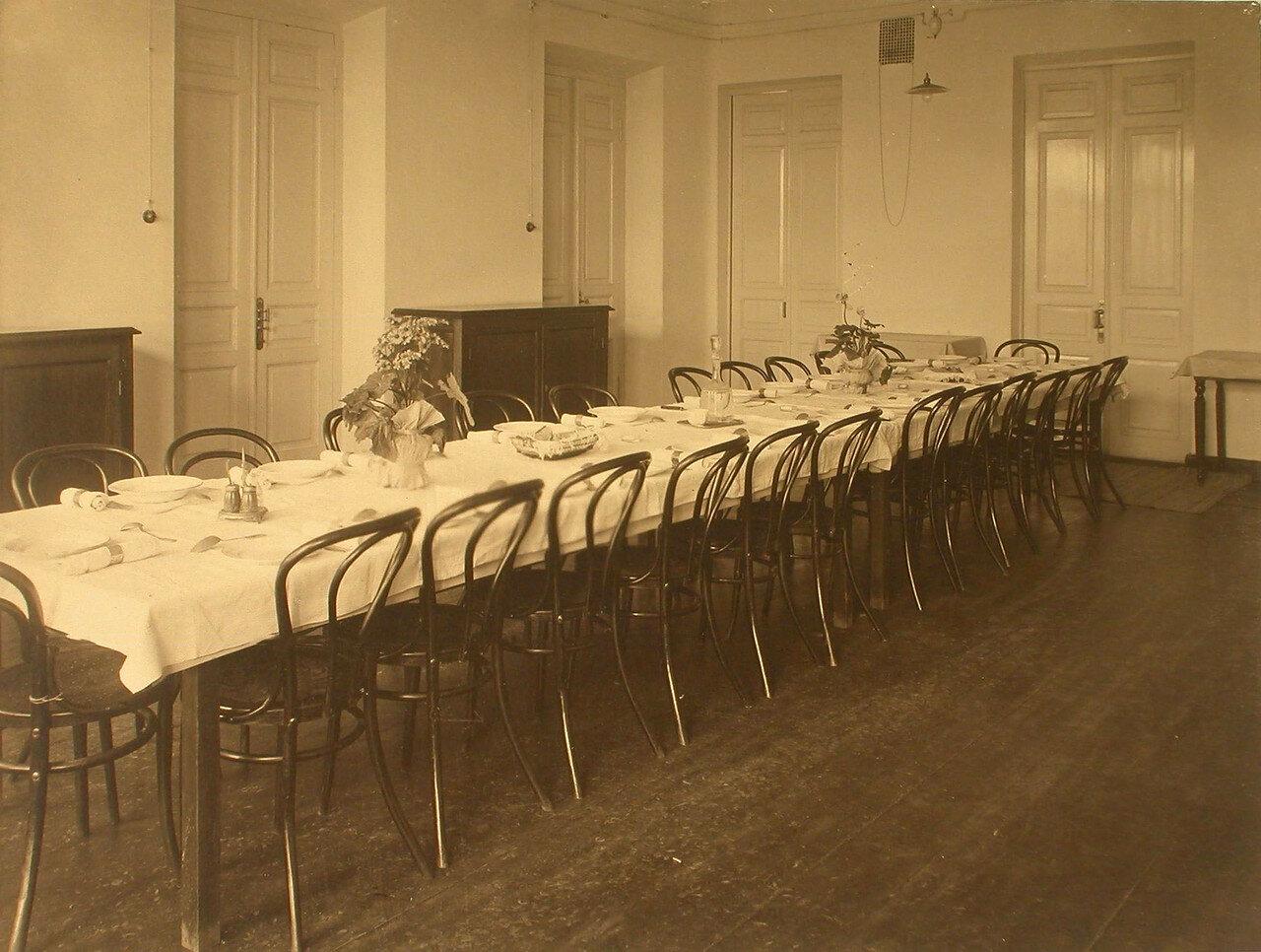 17. Вид помещения столовой в общежитии сестер