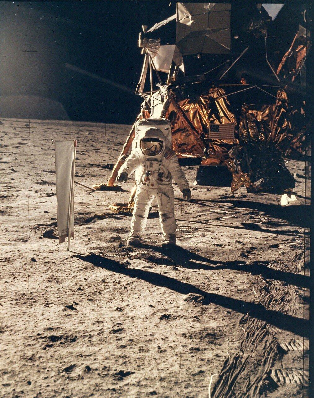 После нескольких шагов Олдрин слегка попрыгал на месте. Армстронг в это же время сделал три высоких прыжка, до полуметра в высоту.  На снимке: Базз Олдрин на Луне
