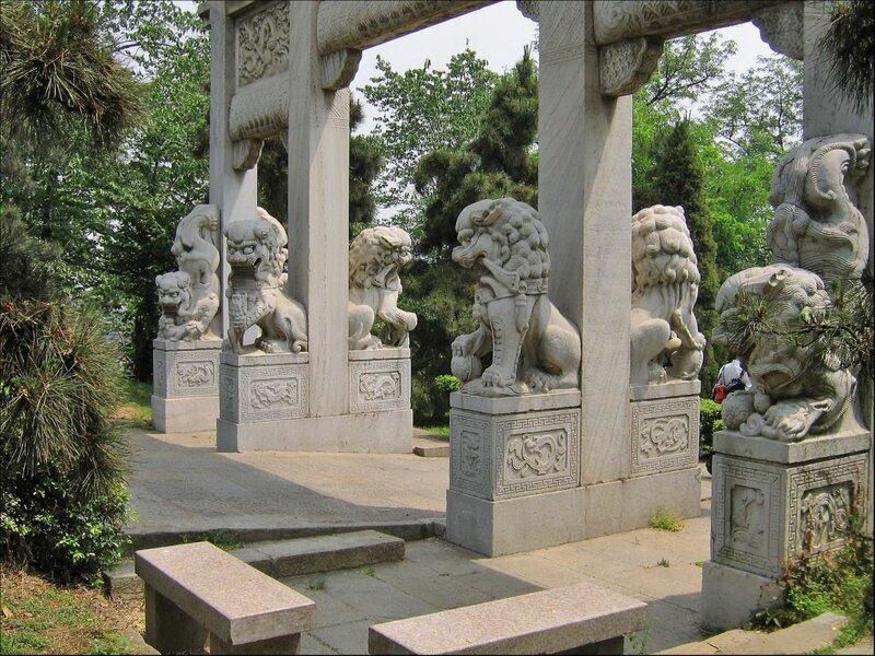Ворота со львами, парк на горе Шэшань, Ухань