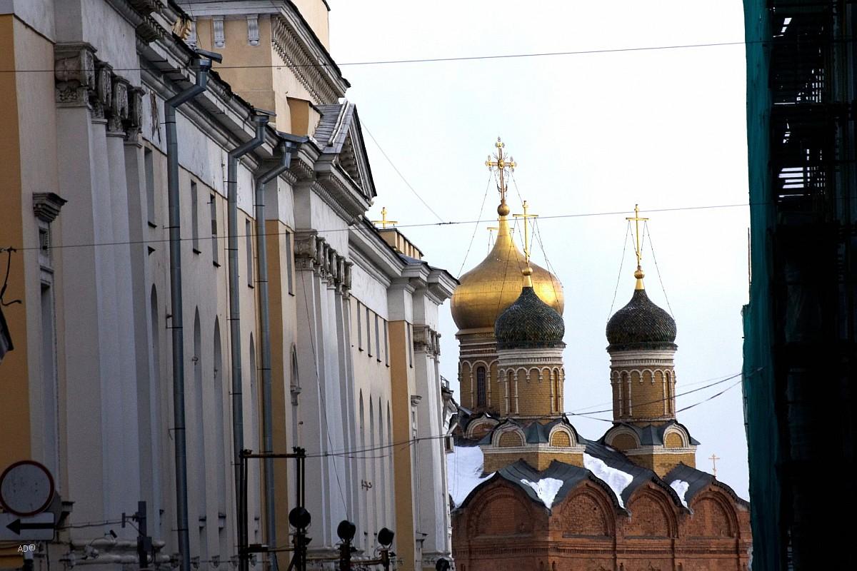 Собор Иконы Божией Матери «Знамение» (снято с Ильинки вдоль Рыбного пер.) слева Новый Гостиный двор