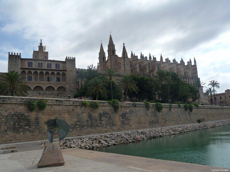 """Дворец """"Альмудайна"""" и Кафедральный собор."""