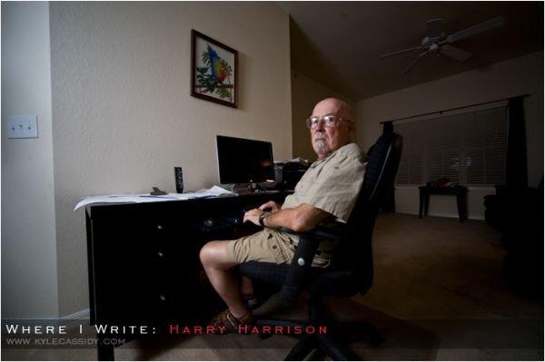 Гарри Гаррисона оторвали от работы - взгляд весьма красноречив