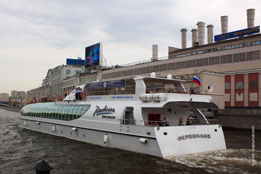Яхта-ресторан «Фердинанд» на фоне ГЭС-1 имени П.Г.Смидовича