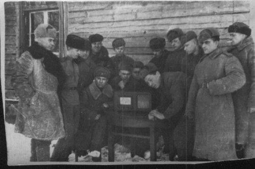 У радиоприёмника102-й гаубичной артиллерийской бригады