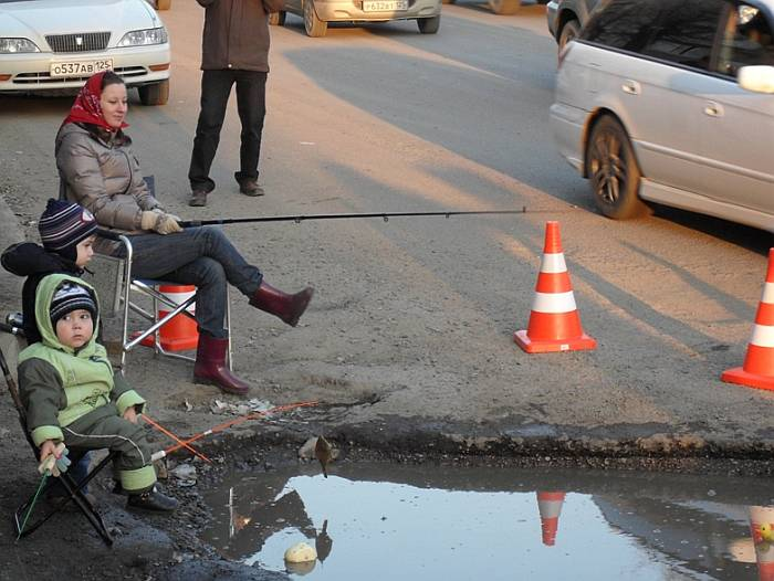 Автомобилисты Владивостока устроили рыбалку на дороге (ФОТО)