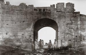 Крепостные ворота с арабскими надписями