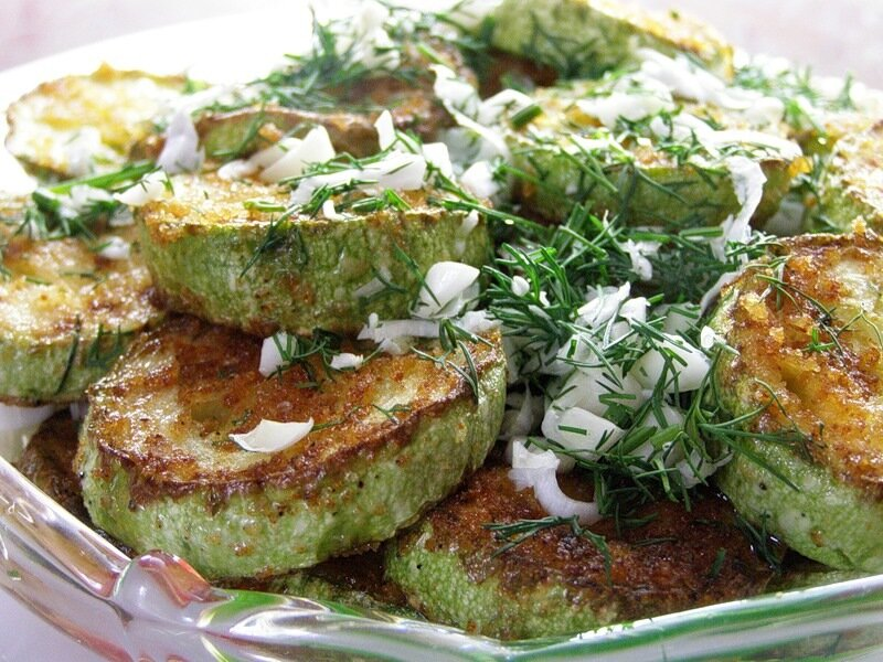 Жареные кабачки в манке  с зеленью и молодым чесночком