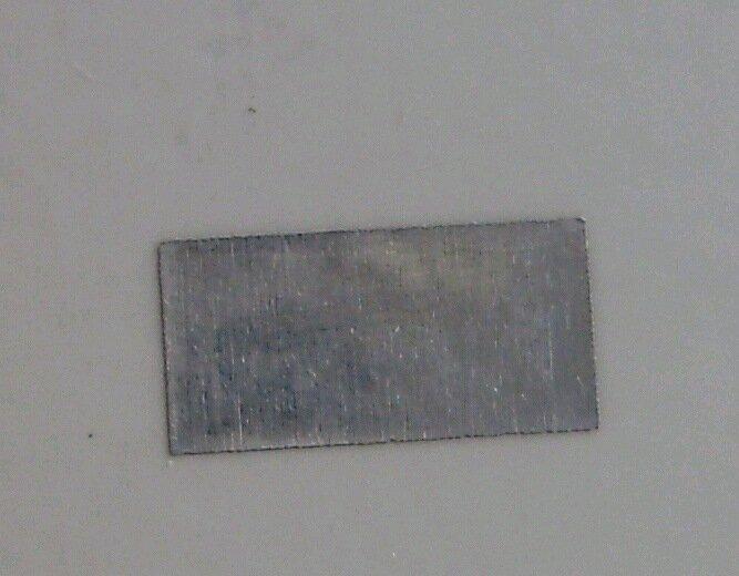 Угадайте, а зачем в центре карточки вот такой кусок металла?