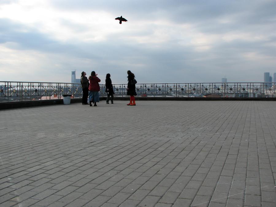 2010, город, люди, москва, небо, неформалы, облака, радость, россия
