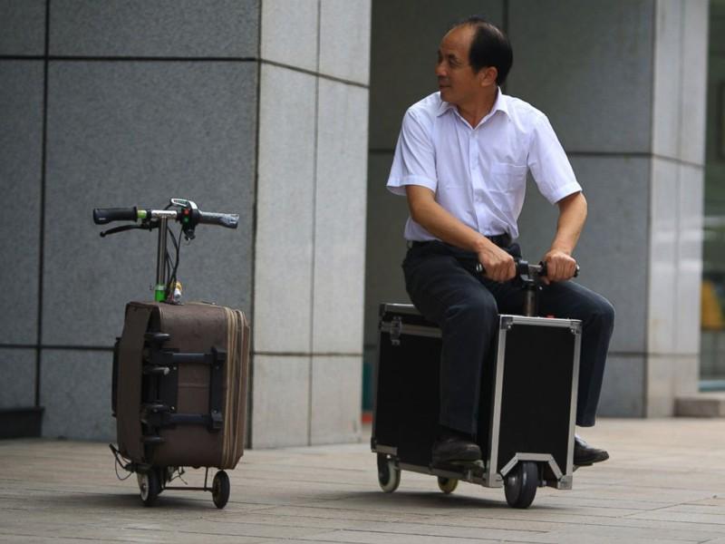 В Китае появилось удобное средство для перевоза багажа, которое доставит не только ваш чемодан, но и