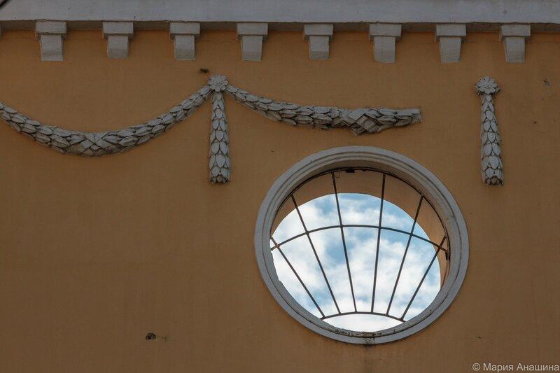 Круглое окно над аркой