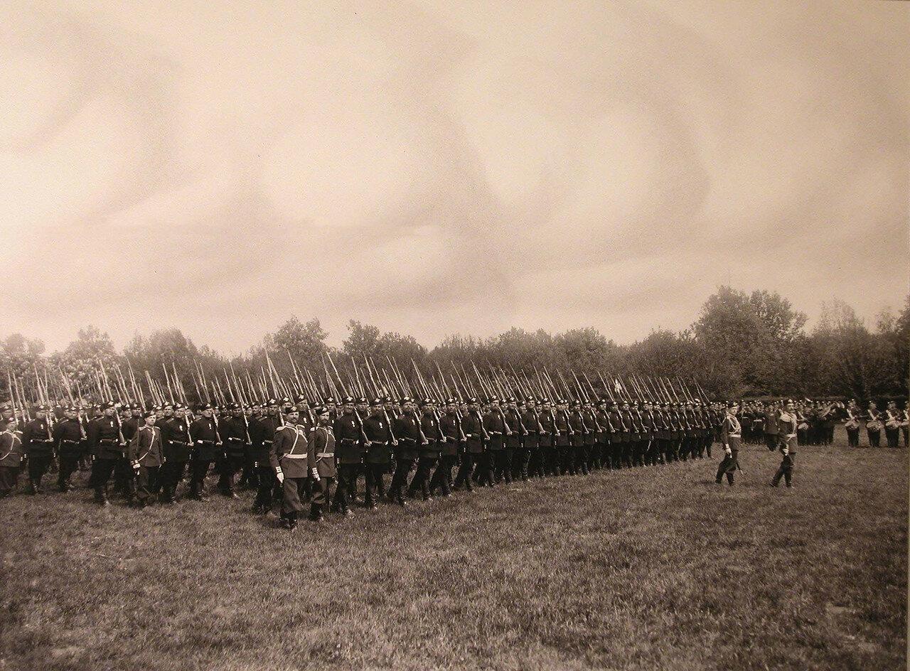 09. Второй батальон полка проходит церемониальным маршем во время парада