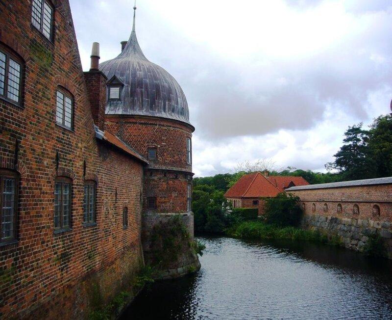 Замковый ров и сторожевая башня замка Frederiksborg.
