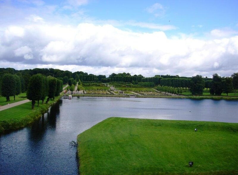 Общий вид замкового парка и пруда замка Frederiksborg.