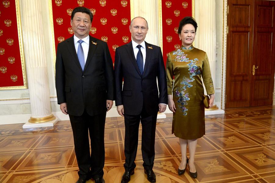 Путин и Си Цзиньпин с супругой в Москве 9.05.15.png