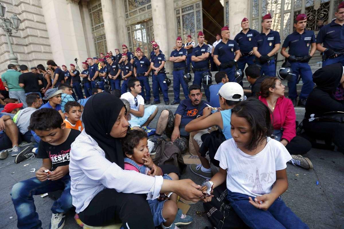 Штурм Будапешта: Мигранты с Ближнего Востока на ж/д вокзал венгерской столицы (8)