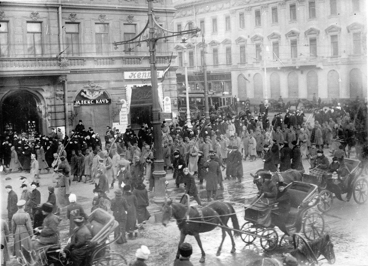 13. Австрийские военнопленные под конвоем, окруженные толпой любопытных, идут по Невскому проспекту